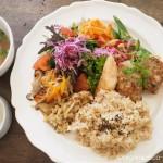 吉祥寺の「Shiva Cafe」で、もちもちの玄米おばんざいプレートを食べました