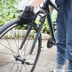 車で運ぶためにクロスバイクの前輪を外す方法