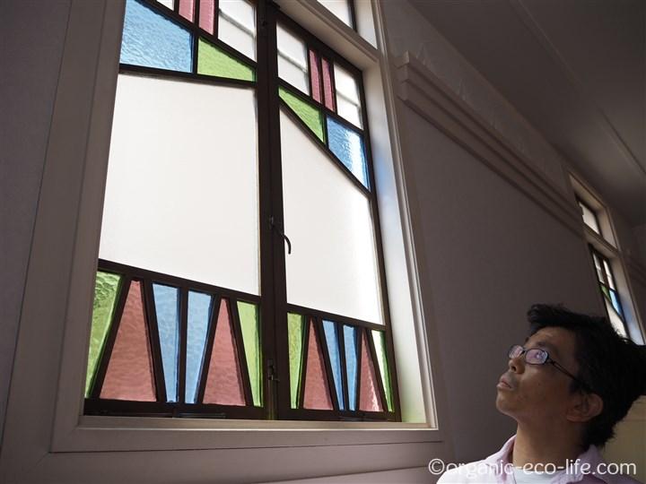 ステンドグラスを見上げる彼
