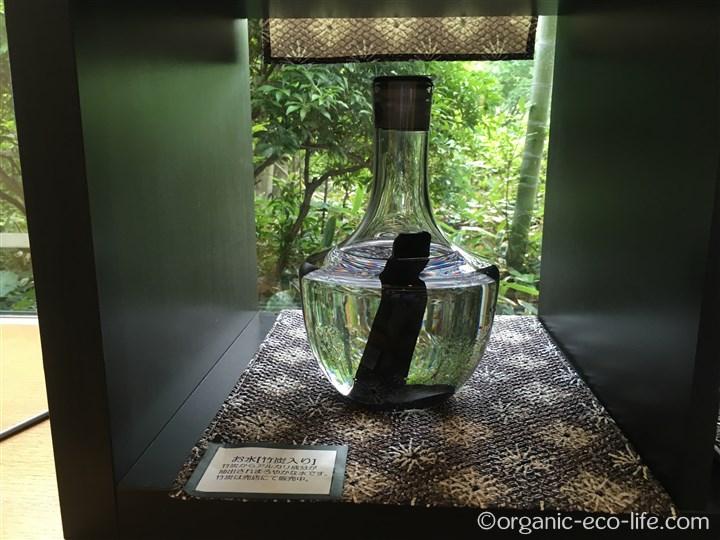 竹炭入りの水