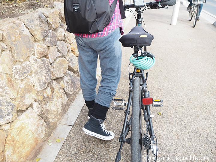 クロスバイクと綿ニットリブパンツ