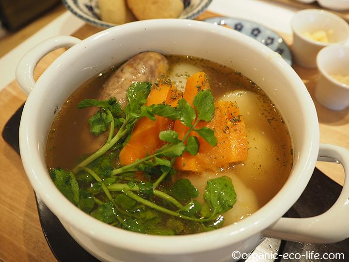 自家製無添加ソーセージとまるごと玉ねぎを煮込んだ薬膳スープ