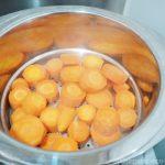 十得鍋で野菜を蒸しています